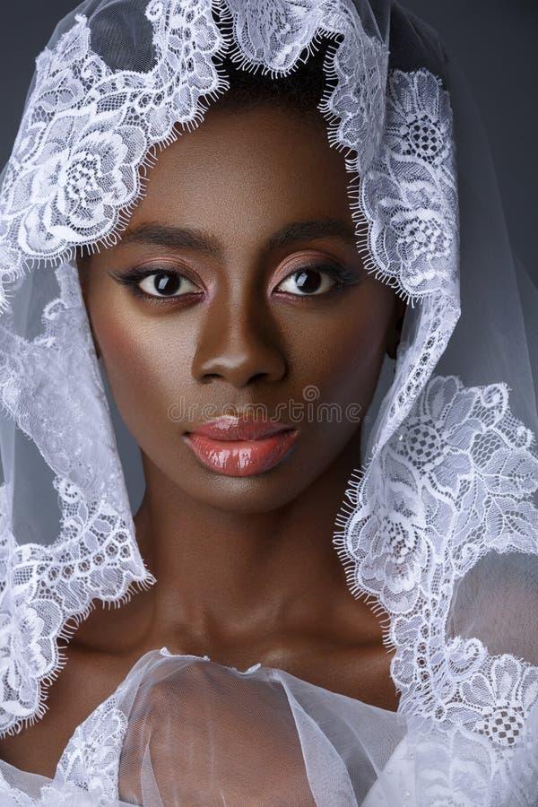 Belle jeune mariée noire de peau images libres de droits