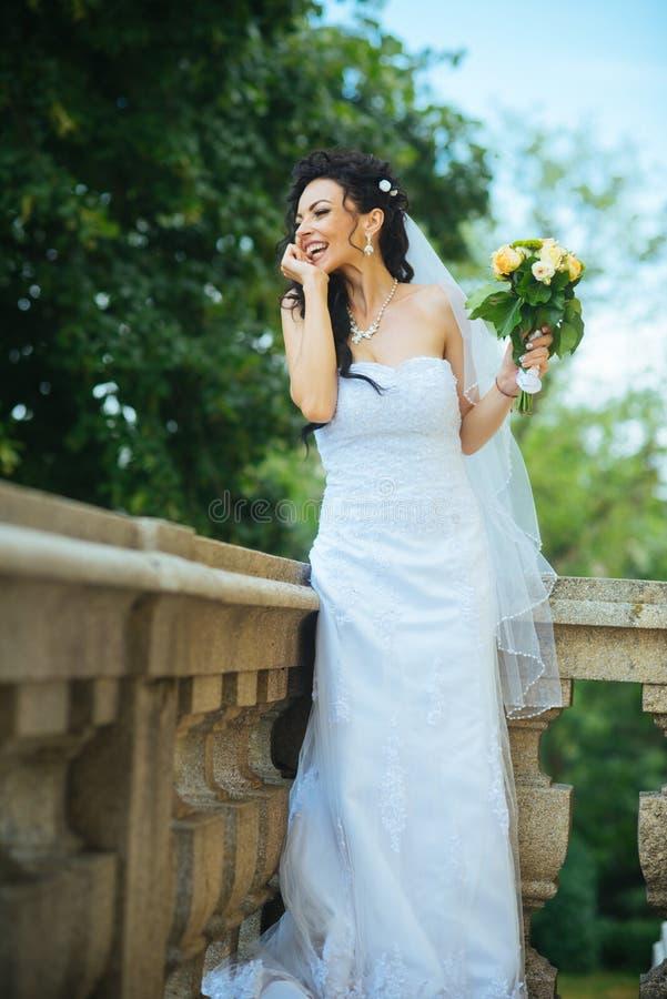 Belle jeune mariée tenant épouser le bouquet coloré Beauté des fleurs colorées Accessoires nuptiales pour la fille photo stock