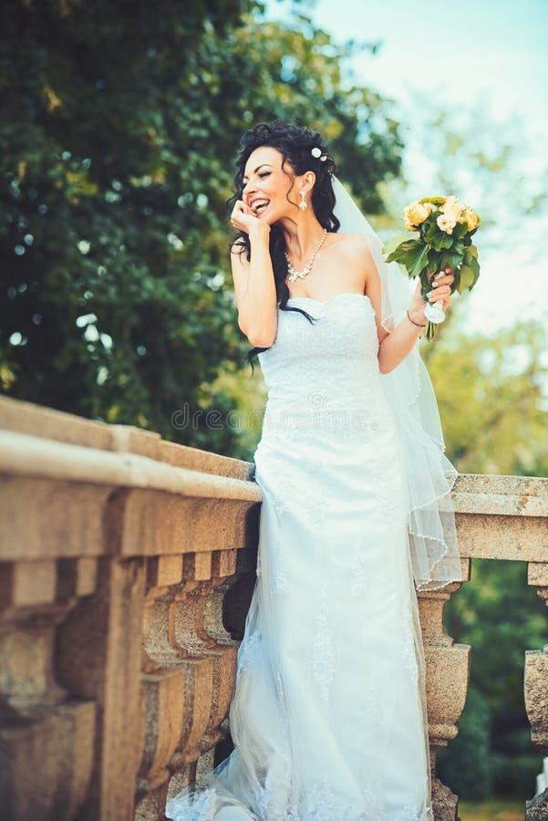 Belle jeune mariée tenant épouser le bouquet coloré Beauté des fleurs colorées Accessoires nuptiales pour la fille photos stock