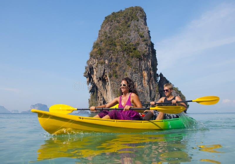 Belle jeune mer de couples kayaking image stock