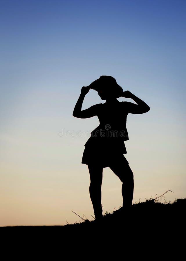 Belle jeune silhouette heureuse de cow-girl image stock