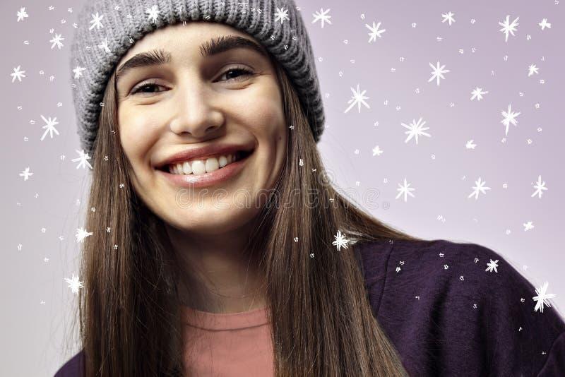 Belle jolie jeune femme souriant, plan rapproché Émotions heureuses de visage images stock