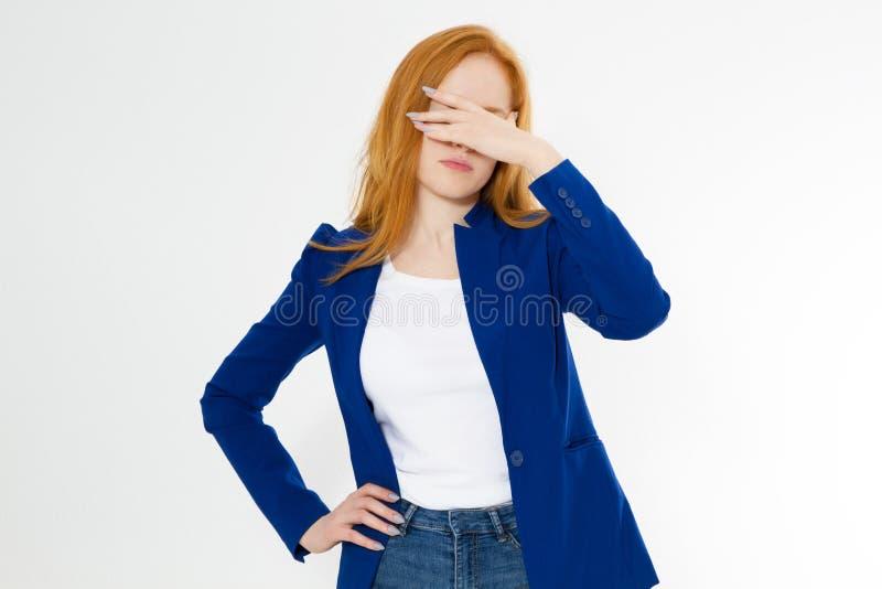 Belle la femme rouge mignonne et jeune de cheveux font le facepalm Le mal de t?te roux de fille n'a pas d?rang? la paume de visag image stock