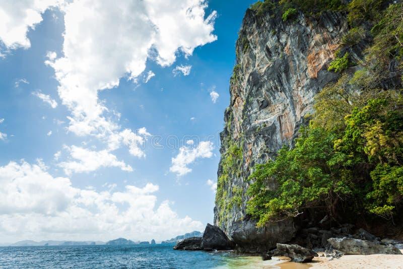 Belle lagune bleue tropicale Paysage scénique avec les îles de baie et de montagne de mer, EL Nido, Palawan, Philippines images libres de droits