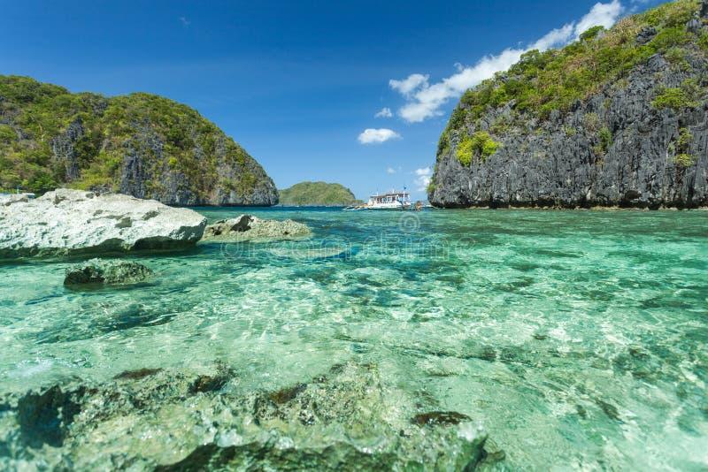 Belle lagune bleue tropicale Paysage sc?nique avec les ?les de baie et de montagne de mer, EL Nido, Palawan, Philippines photographie stock libre de droits