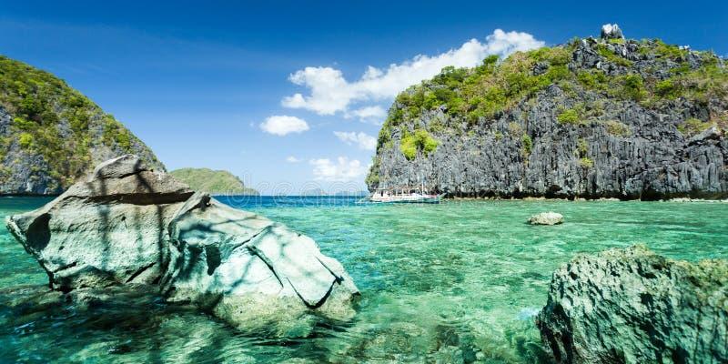 Belle lagune bleue tropicale Paysage sc?nique avec les ?les de baie et de montagne de mer, EL Nido, Palawan, Philippines images libres de droits