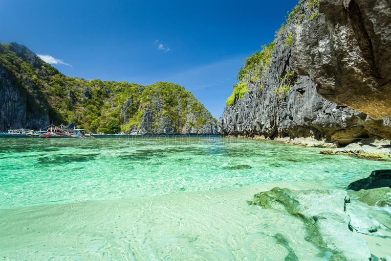Belle lagune bleue tropicale Paysage sc?nique avec les ?les de baie et de montagne de mer, EL Nido, Palawan, Philippines images stock