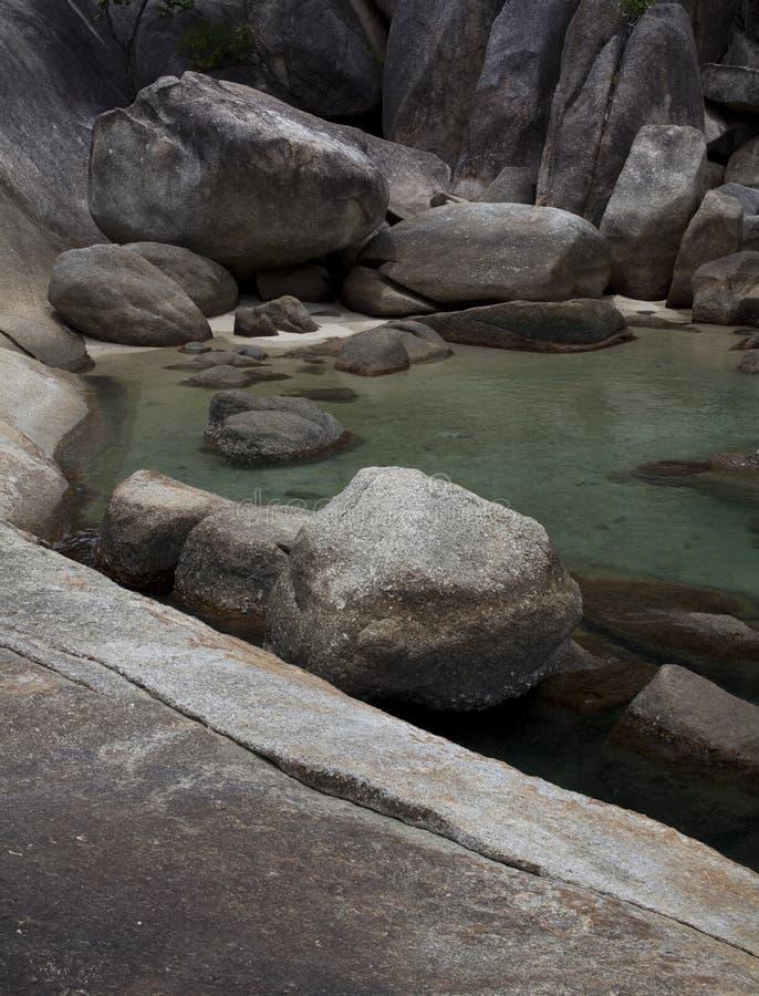 Belle lagune claire de roche de l'eau photos stock