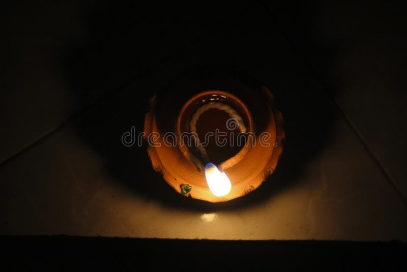 Belle lampe à pétrole asiatique rougeoyante image stock