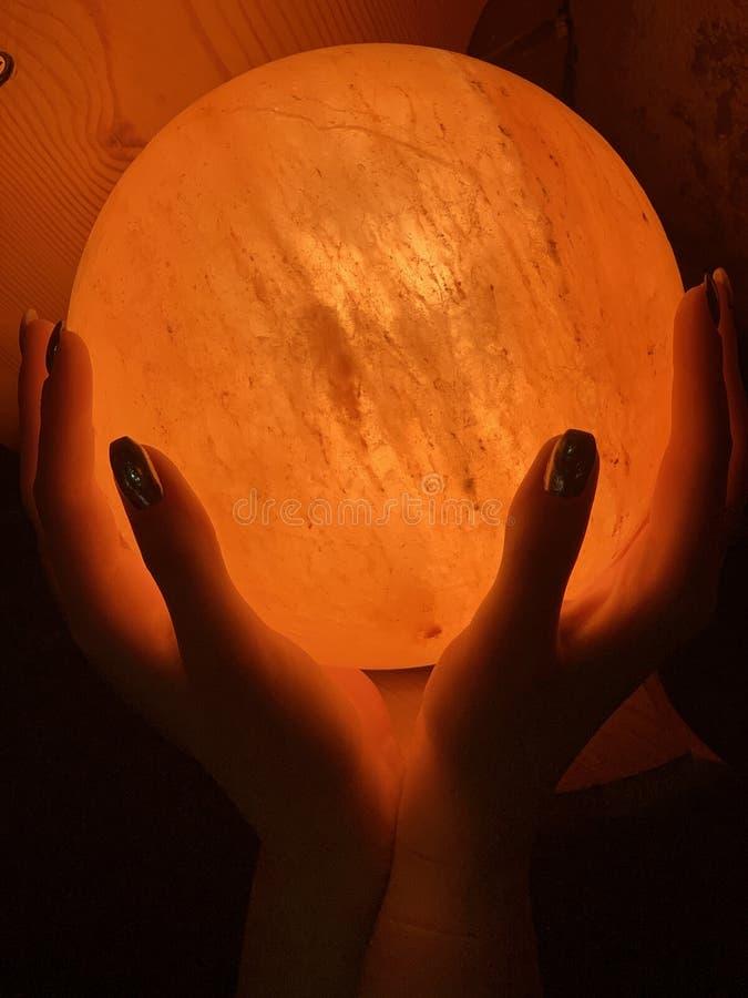 Belle lampe avec les mains humaines photo stock