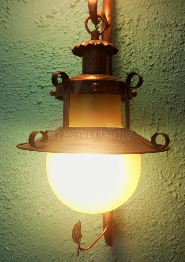 belle lampe de mur dans le bâtiment image libre de droits