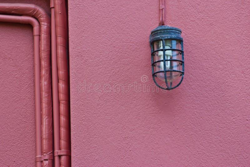 Belle lampe de vintage sur le mur image libre de droits