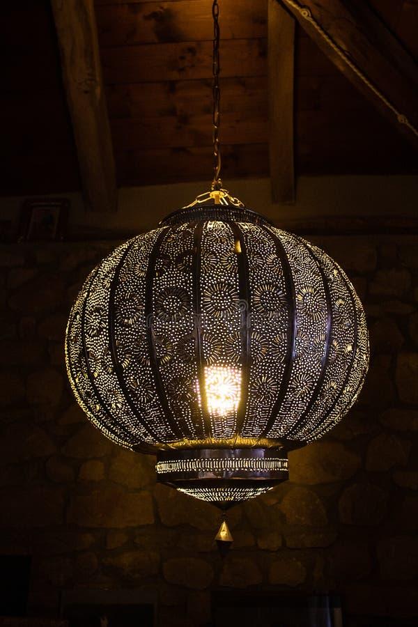 Belle lampe marocaine de style faite de métal argenté percé ; intérieurs de maison de campagne images stock