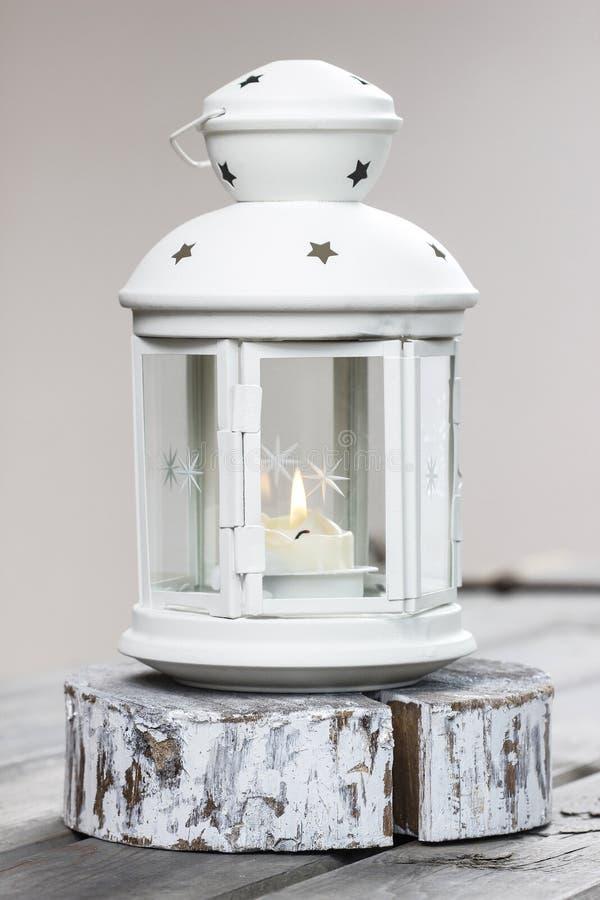 Belle lanterne blanche avec la bougie brûlante à l'intérieur photos libres de droits