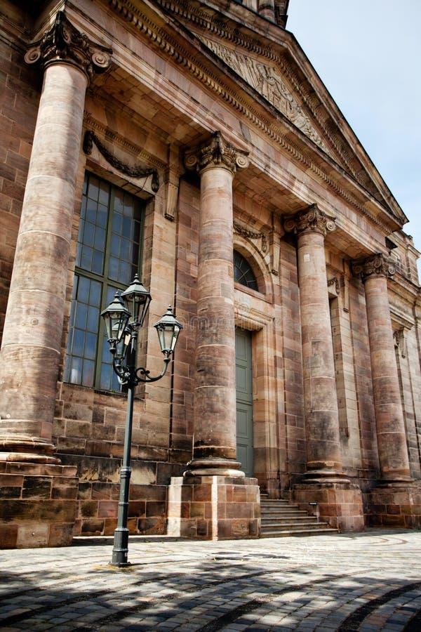 Belle lanterne et grande façade de bâtiment image libre de droits
