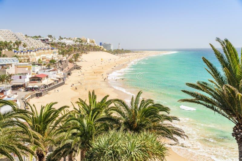 Belle, large plage sablonneuse dans Morro Jable, Fuerteventura, Espagne photo stock