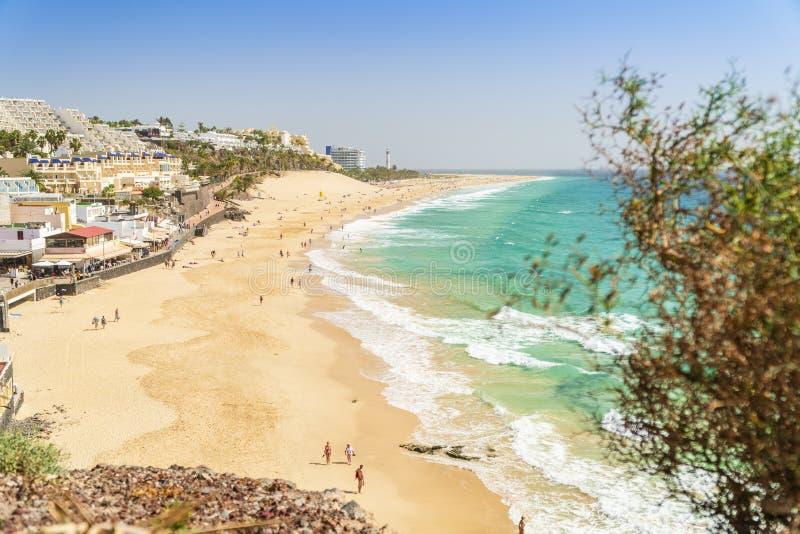 Belle, large plage sablonneuse dans Morro Jable, Fuerteventura, Espagne photographie stock