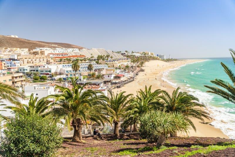 Belle, large plage sablonneuse dans Morro Jable, Fuerteventura, Espagne photo libre de droits