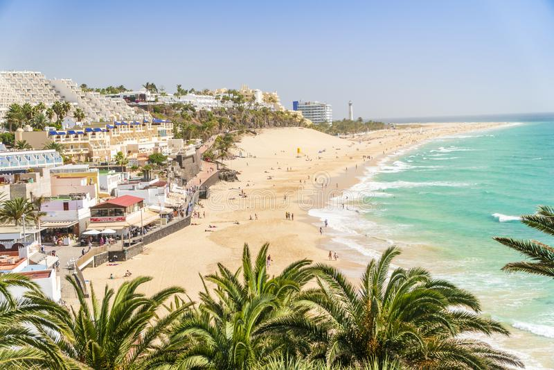 Belle, large plage sablonneuse dans Morro Jable, Fuerteventura, Espagne image stock