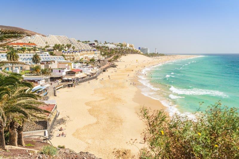 Belle, large plage sablonneuse dans Morro Jable, Fuerteventura, Espagne photos libres de droits