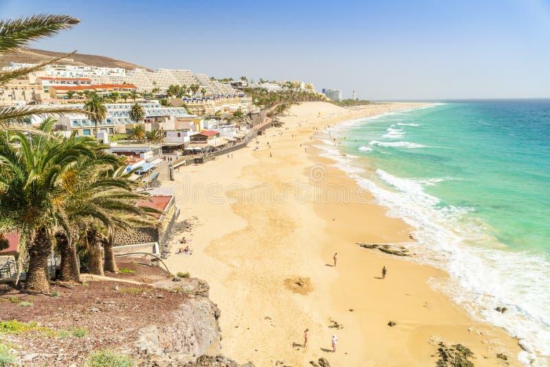 Belle, large plage sablonneuse dans Morro Jable, Fuerteventura, Espagne images libres de droits