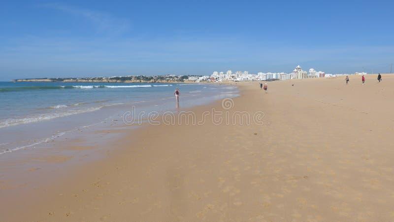 Belle, large plage sablonneuse sur l'Océan Atlantique à marée basse, Armacao de Pera, Silves, Algarve, Portugal photographie stock