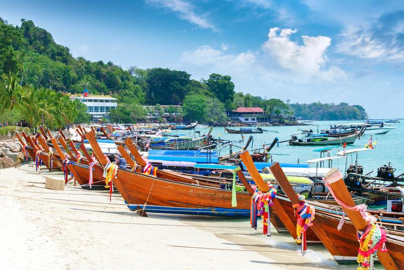 Belle Long Beach avec des bateaux, île de Phi Phi, Thaïlande Horizontal tropical photo stock