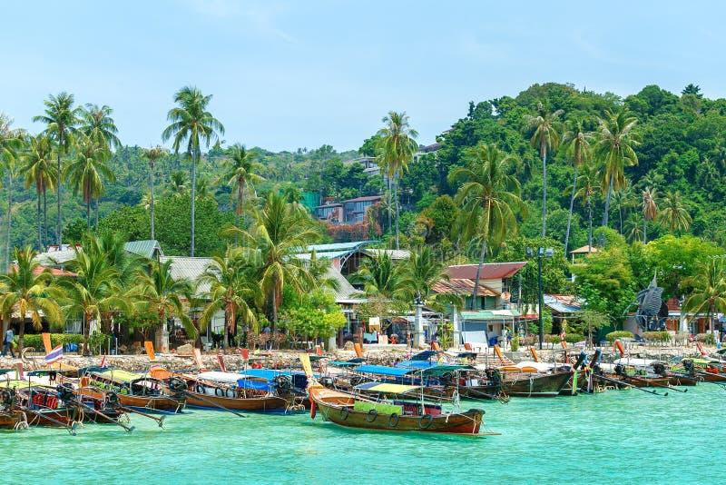 Belle Long Beach avec le bateau de longue queue, île de Phi Phi, Thaïlande Concept de l'Asie de voyage photographie stock
