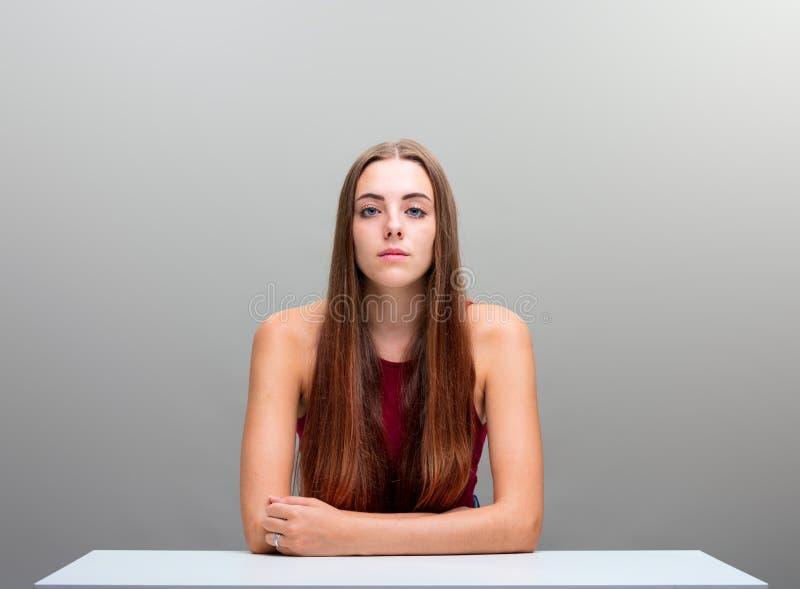 Belle longue femme de cheveux sur le copyspace gris images libres de droits