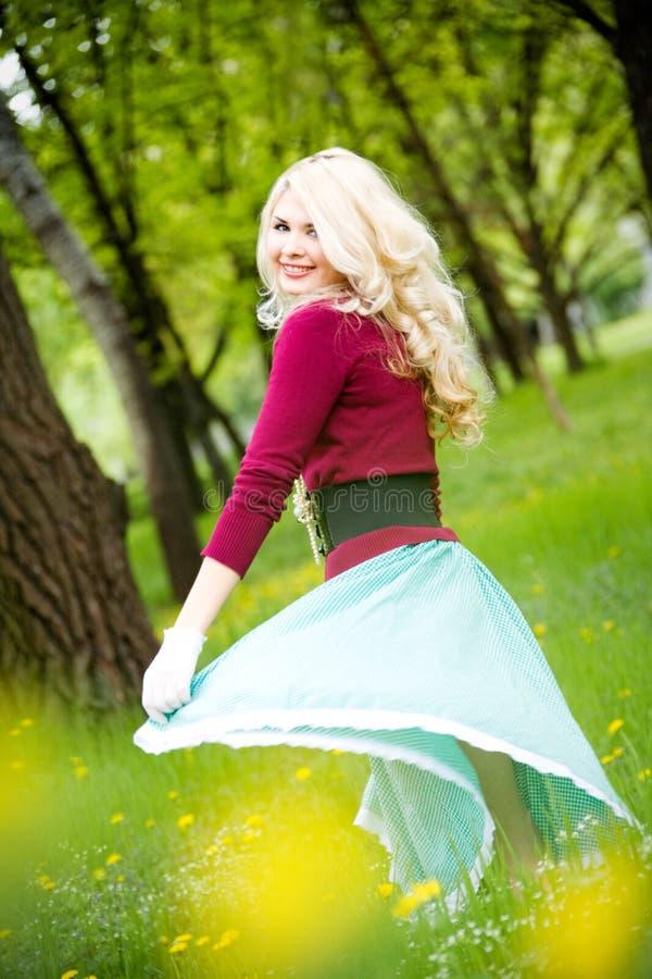 Belle longue jupe s'usante blonde en stationnement d'été photos stock