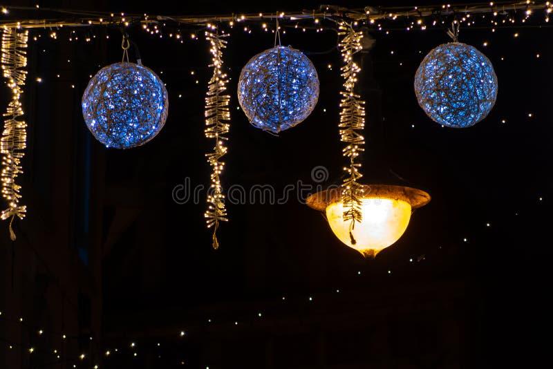 Belle luci di Natale che appendono sulla via, Lovanio Belgio fotografia stock
