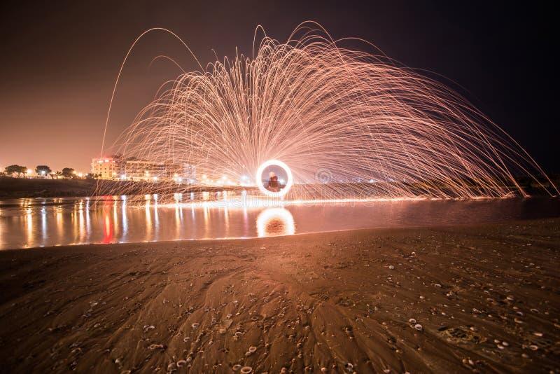 Belle luci, in un cerchio sulla spiaggia, Ascalona l'israele fotografia stock
