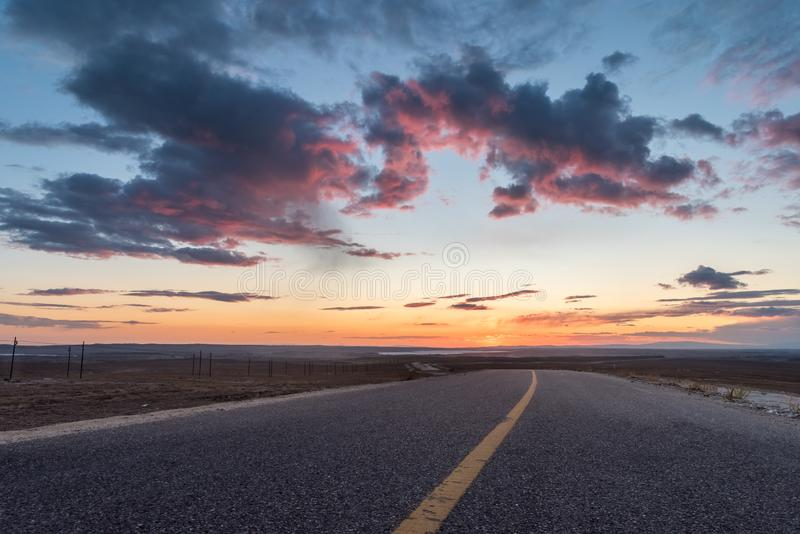 Belle lueur et route de coucher du soleil image stock