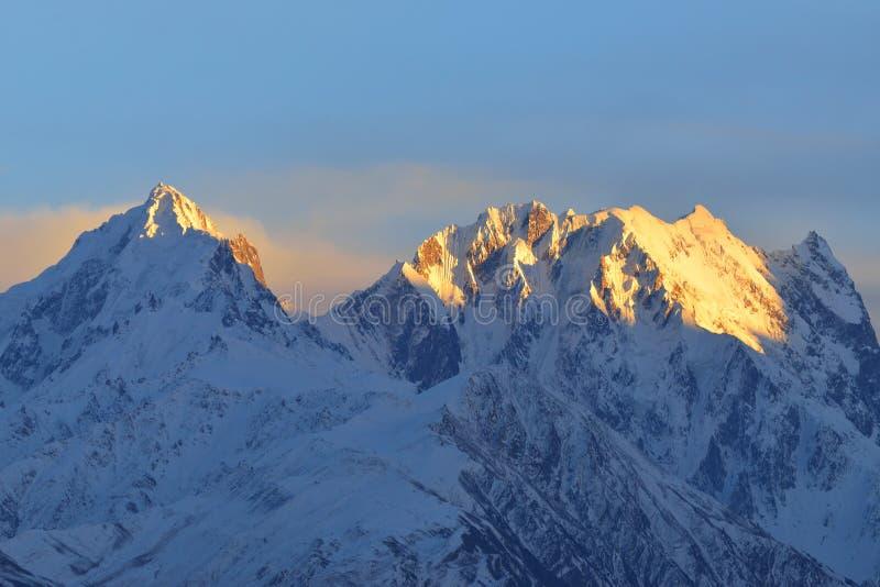 Belle lumière de matin sur la montagne photo libre de droits