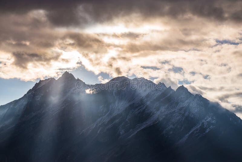 Belle lumière de matin sur la montagne images libres de droits