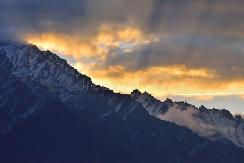 Belle lumière de matin sur la montagne au Pakistan du nord photo stock