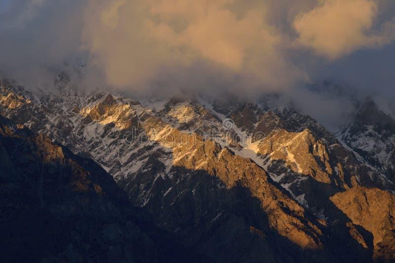 Belle lumière de matin sur la montagne au Pakistan du nord photo libre de droits