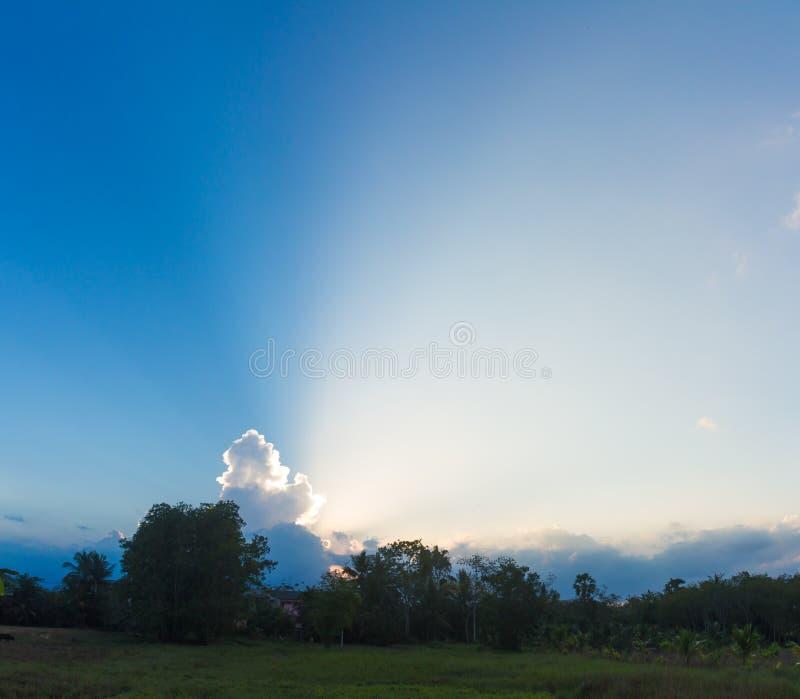 Belle lumière du soleil avec les nuages et le ciel photo libre de droits