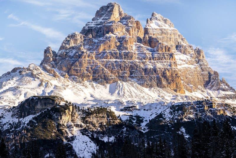 Belle lumière du soleil sur un paysage de montagne, dolomites, Italie photographie stock