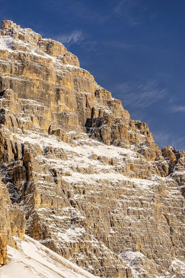 Belle lumière du soleil sur un paysage de montagne, dolomites, Italie images stock