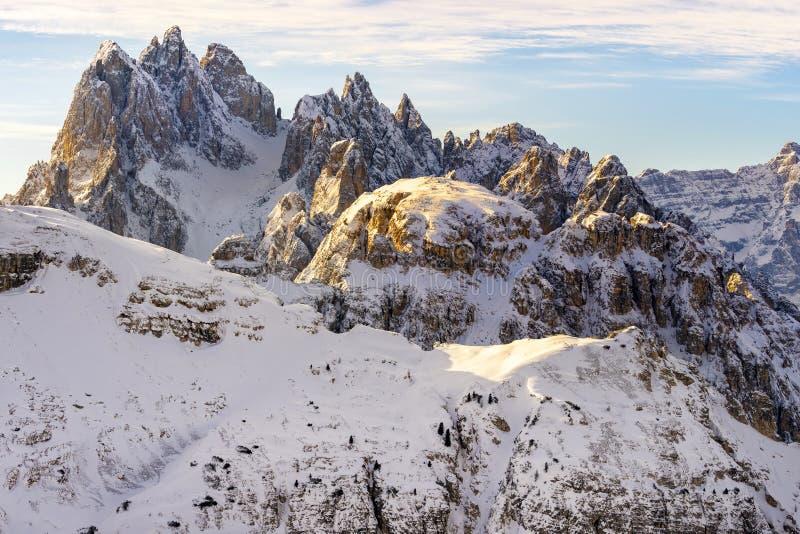 Belle lumière du soleil sur un paysage de montagne, dolomites, Italie image libre de droits