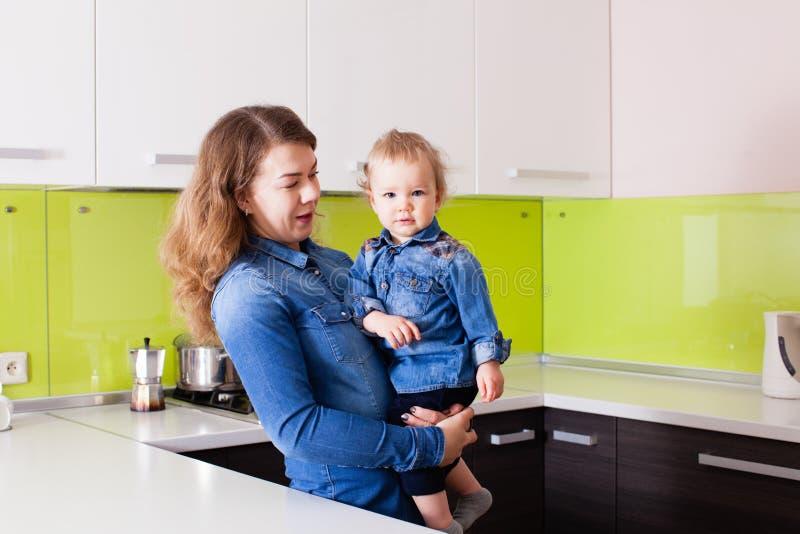 Belle mère dans la cuisine avec son fils images stock