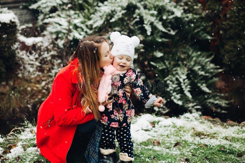 Belle mère embrassant et embrassant sa petite fille photos libres de droits
