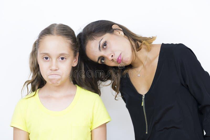 Belle mère et fille inquiétées images stock