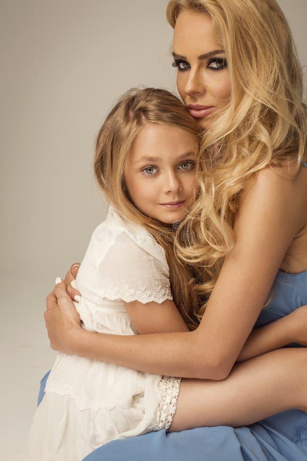 Belle mère et fille s'étreignant photographie stock