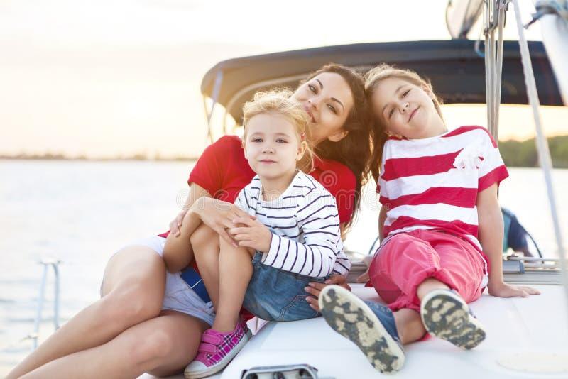 Belle mère heureuse avec deux filles ayant le grand temps à t photos stock