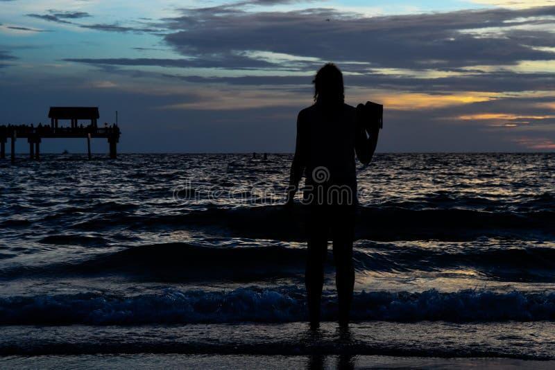 Belle Madame au coucher du soleil photos libres de droits