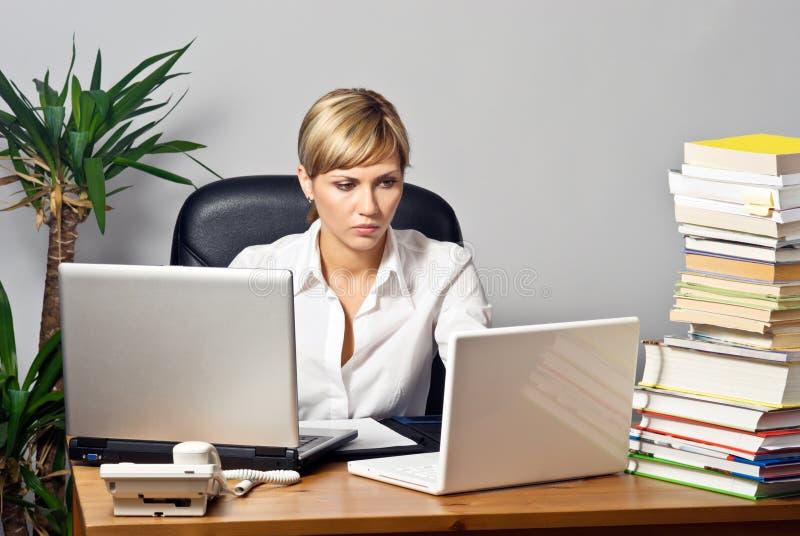 Belle Madame d'affaires avec des ordinateurs portatifs photo stock