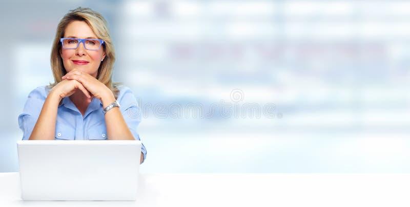 Belle Madame d'affaires avec l'ordinateur portatif images stock