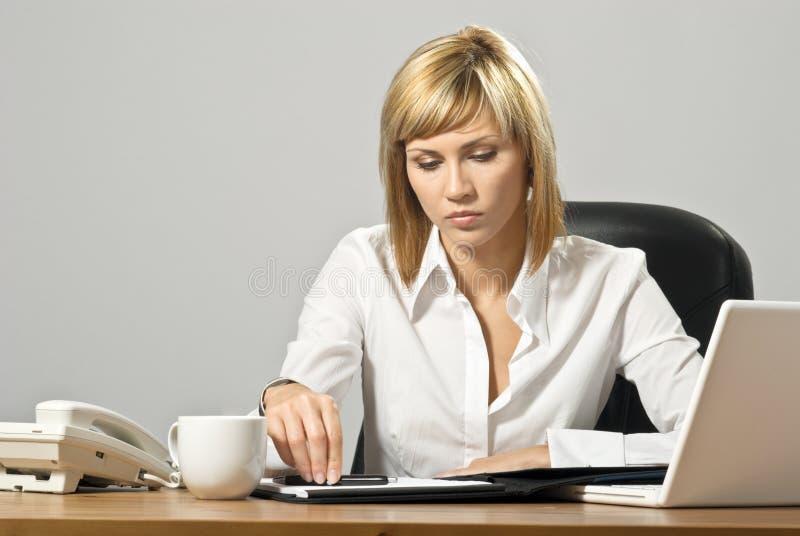 Belle Madame d'affaires avec l'ordinateur portatif photo stock